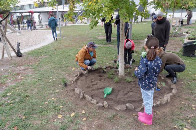 Kinder gestalten die Baumangrenzung