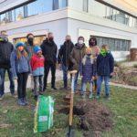 Baum wird dem Schulgarten gespendet